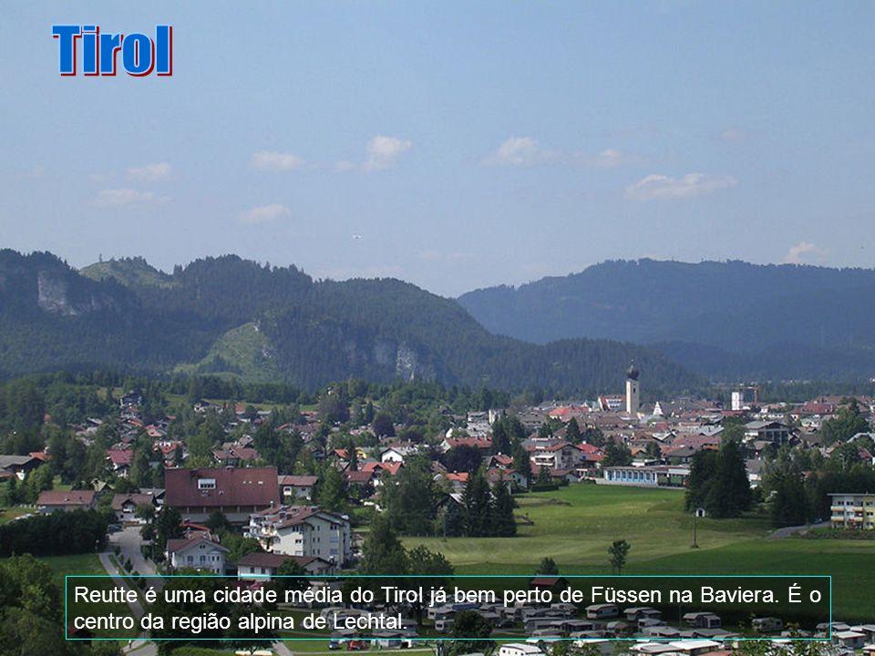 O Tirol é dominado pelos Alpes que predominam em todo o seu território e é atravessado pelo Rio Inn que passa em Innsbruck.