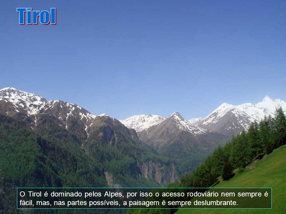 O castelo Tirol, em Merano é o capitão do castelo Conde de Tirol e ao berço da origem do nome e do país. A Colina do Castelo tem sido a solução pré- h