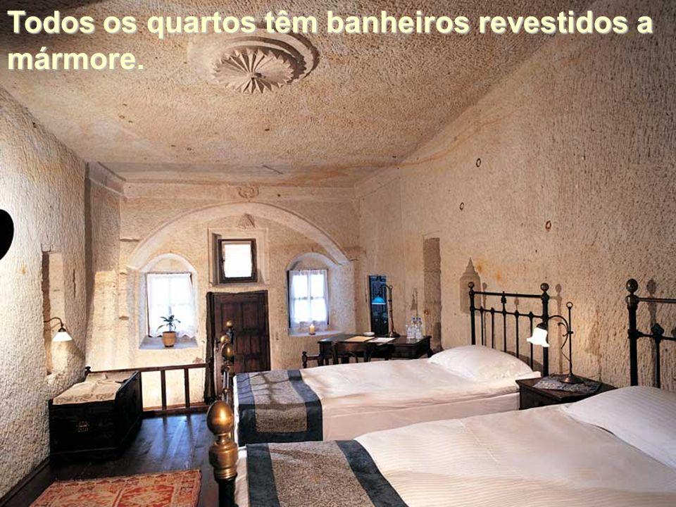 Todos os quartos têm banheiros revestidos a mármore.