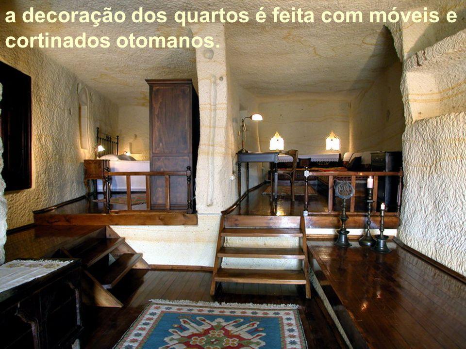 a decoração dos quartos é feita com móveis e cortinados otomanos.