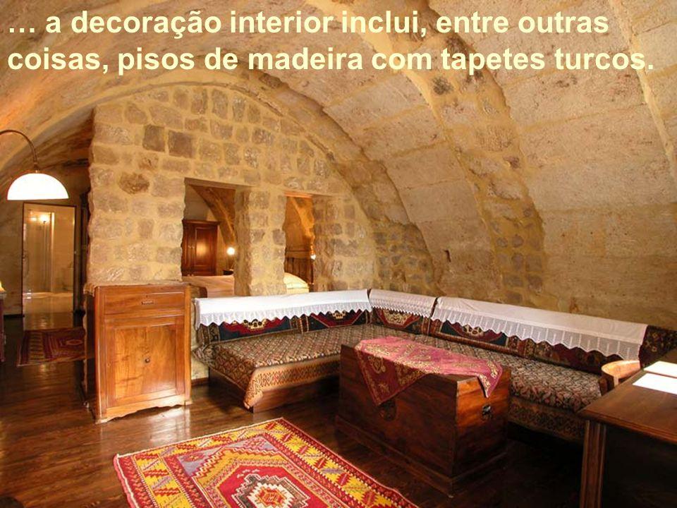 … a decoração interior inclui, entre outras coisas, pisos de madeira com tapetes turcos.
