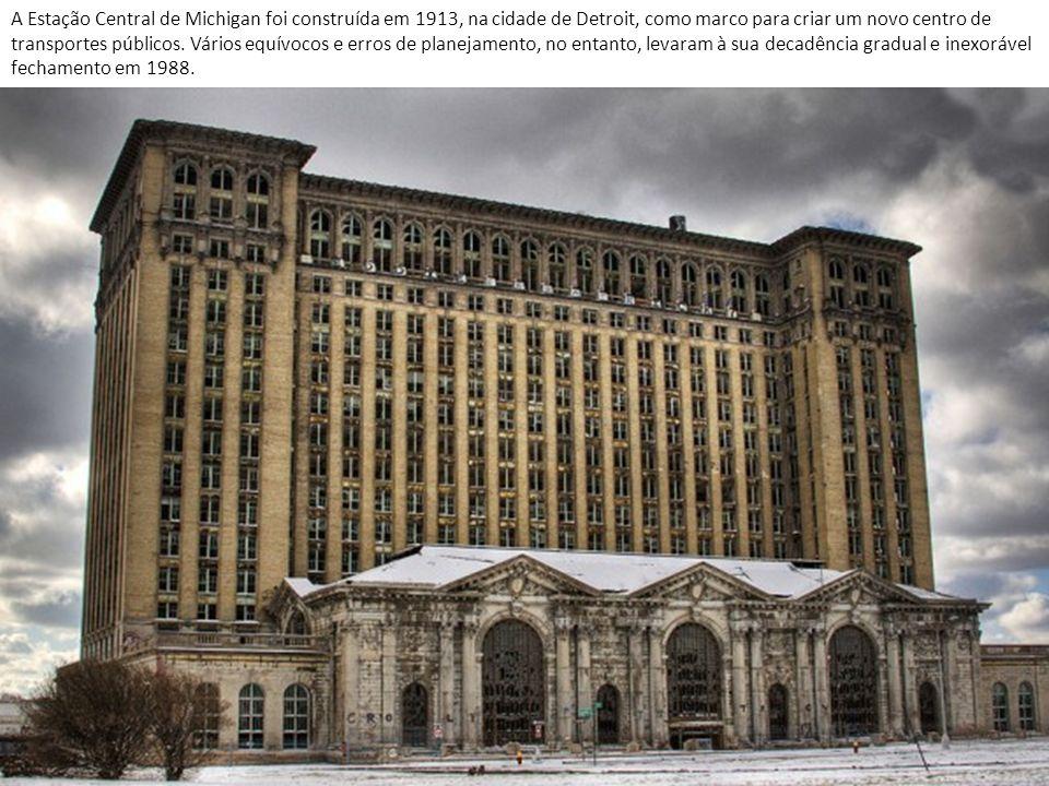 A Estação Central de Michigan foi construída em 1913, na cidade de Detroit, como marco para criar um novo centro de transportes públicos.