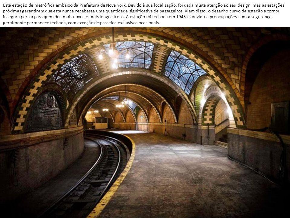 Esta estação de metrô fica embaixo da Prefeitura de Nova York.