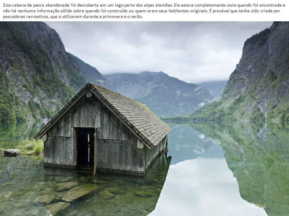 Esta cabana de pesca abandonada foi descoberta em um lago perto dos alpes alemães.