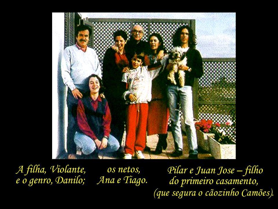 Saramago, rodeado pela família – foto tirada em 1993, na varanda da casa de Lanzarote.