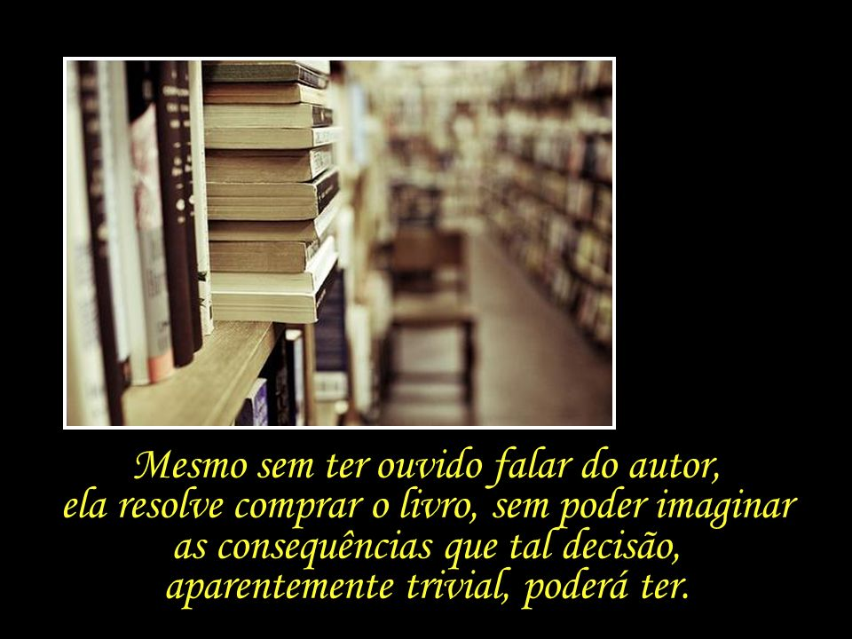 Ao passar por uma estante que contém alguns livros separados para serem devolvidos à editora, se depara com um título que chama sua atenção.