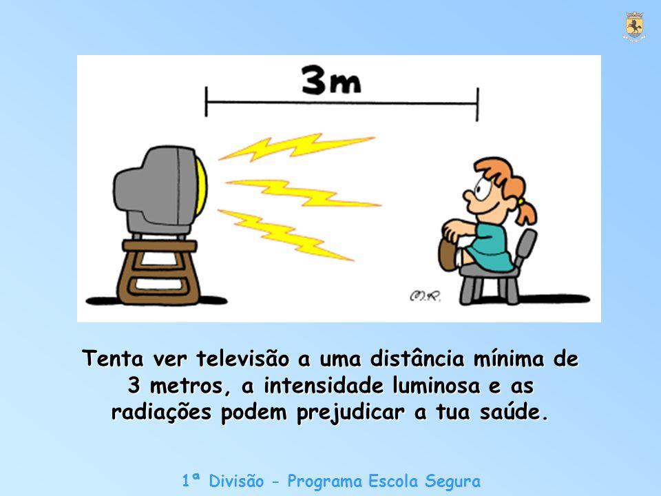 Tenta ver televisão a uma distância mínima de 3 metros, a intensidade luminosa e as radiações podem prejudicar a tua saúde.