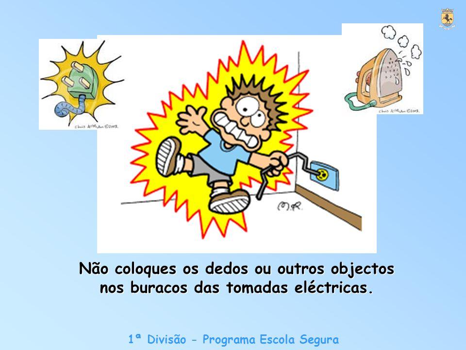 Não coloques os dedos ou outros objectos nos buracos das tomadas eléctricas.