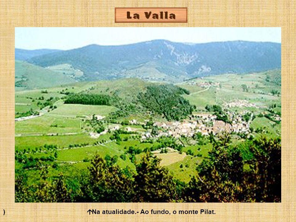 ) Na atualidade.- Ao fundo, o monte Pilat.