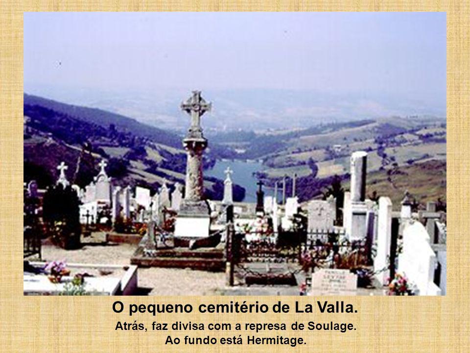 O pequeno cemitério de La Valla. Atrás, faz divisa com a represa de Soulage. Ao fundo está Hermitage.