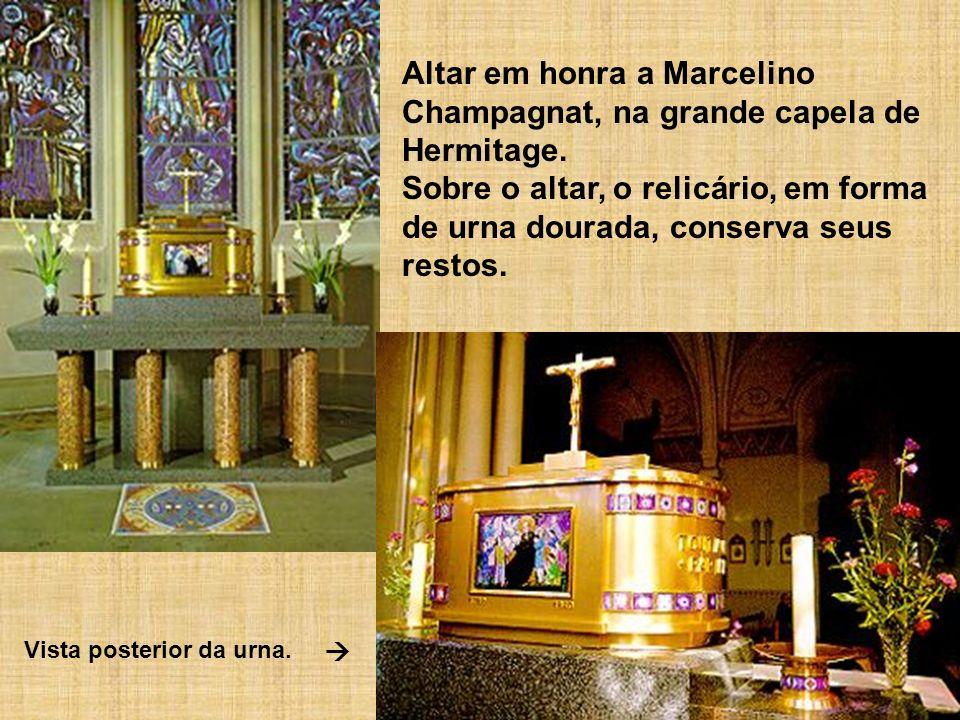 Altar em honra a Marcelino Champagnat, na grande capela de Hermitage. Sobre o altar, o relicário, em forma de urna dourada, conserva seus restos. Vist