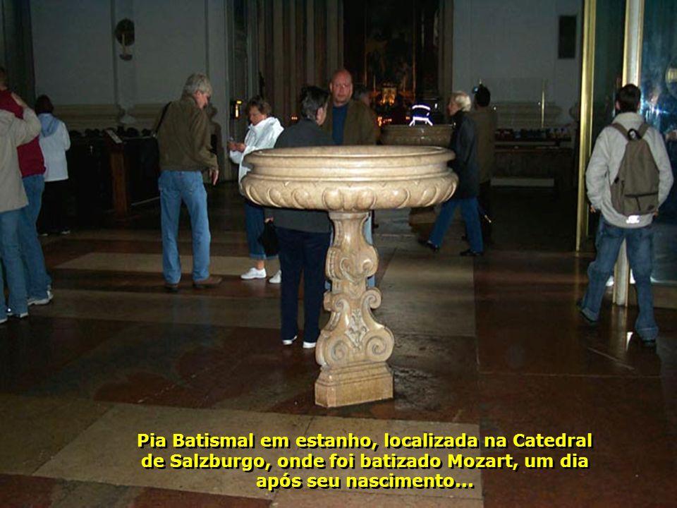 Interior da bela Catedral de Salzburgo, com sua cúpula toda decorada, onde se encontram muitos vestígios de Mozart, pois aqui ele tocava órgão. É a ma