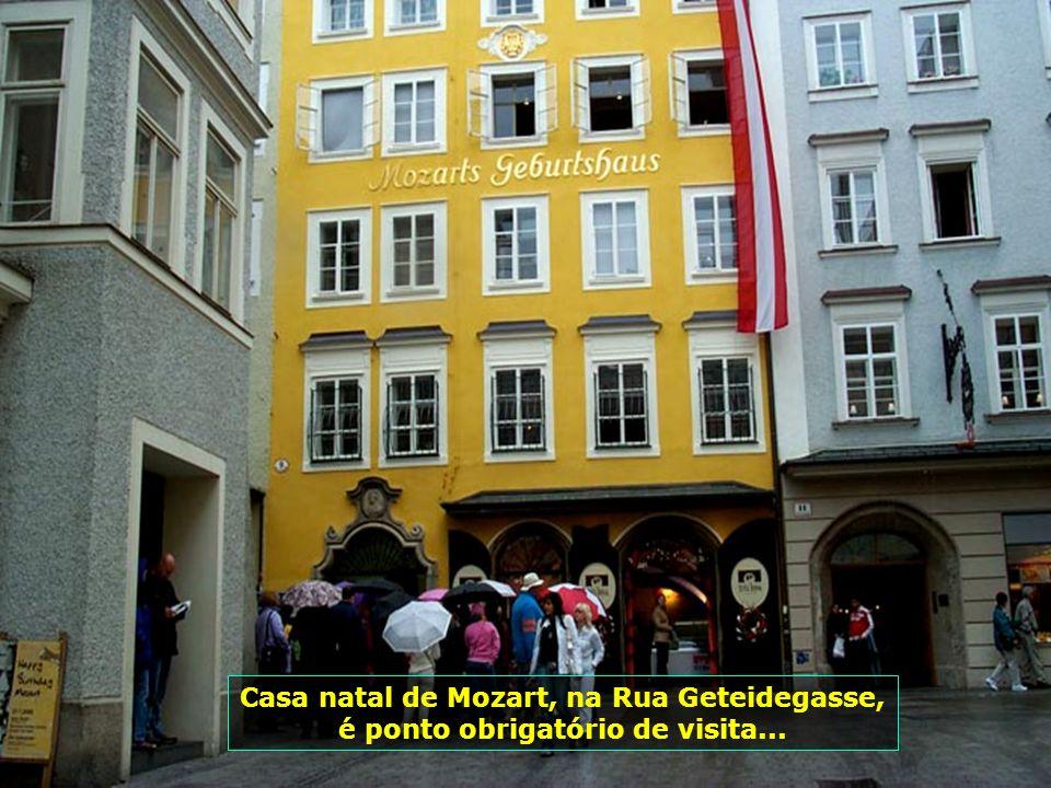 O romantismo dos passeios de carruagem pelas ruas da cidade, apreciando a beleza de Salzburgo, dos seus monumentos e praças, dos seus prédios históric