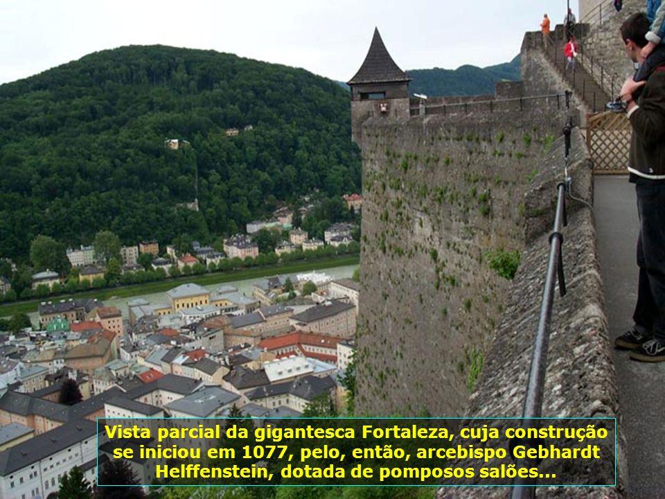 E lá vamos nós no bondinho (Funicular), que possibilita o acesso à Fortaleza de Hohensalzburg, operando desde 1892, e aliviando a fatigante subida à f