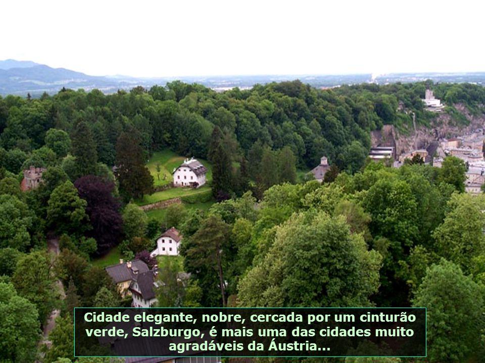 A cidade velha, vista do baluarte de Kuenburg, com o Rio Salzach ao fundo, a Igreja dos Franciscanos, a Abadia de São Pedro e a Catedral de Salzburgo.