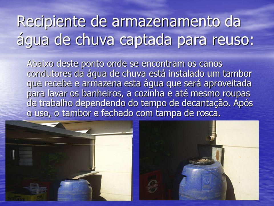 Recipiente de armazenamento da água de chuva captada para reuso: Abaixo deste ponto onde se encontram os canos condutores da água de chuva está instal