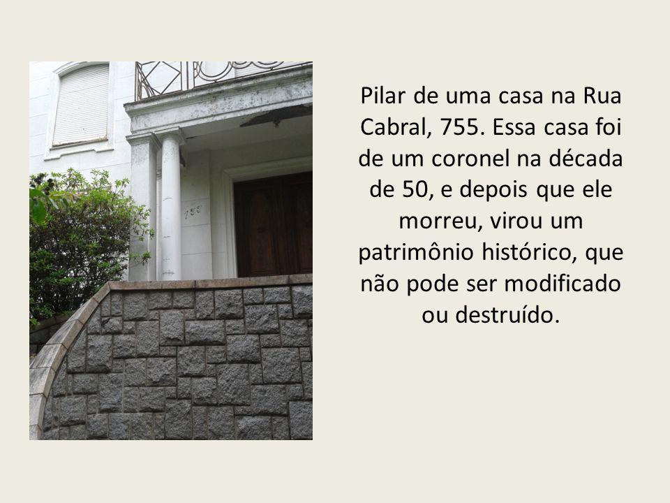 Pilar de uma casa na Rua Cabral, 755.