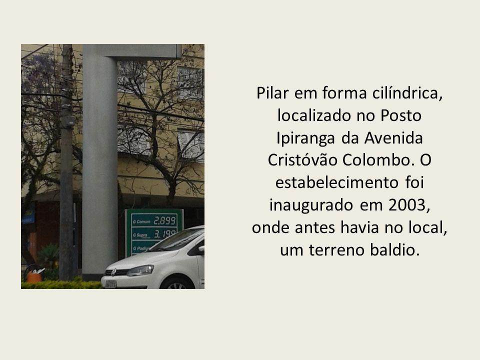 Pilar em forma cilíndrica, localizado no Posto Ipiranga da Avenida Cristóvão Colombo.