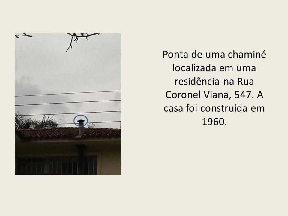 Ponta de uma chaminé localizada em uma residência na Rua Coronel Viana, 547.