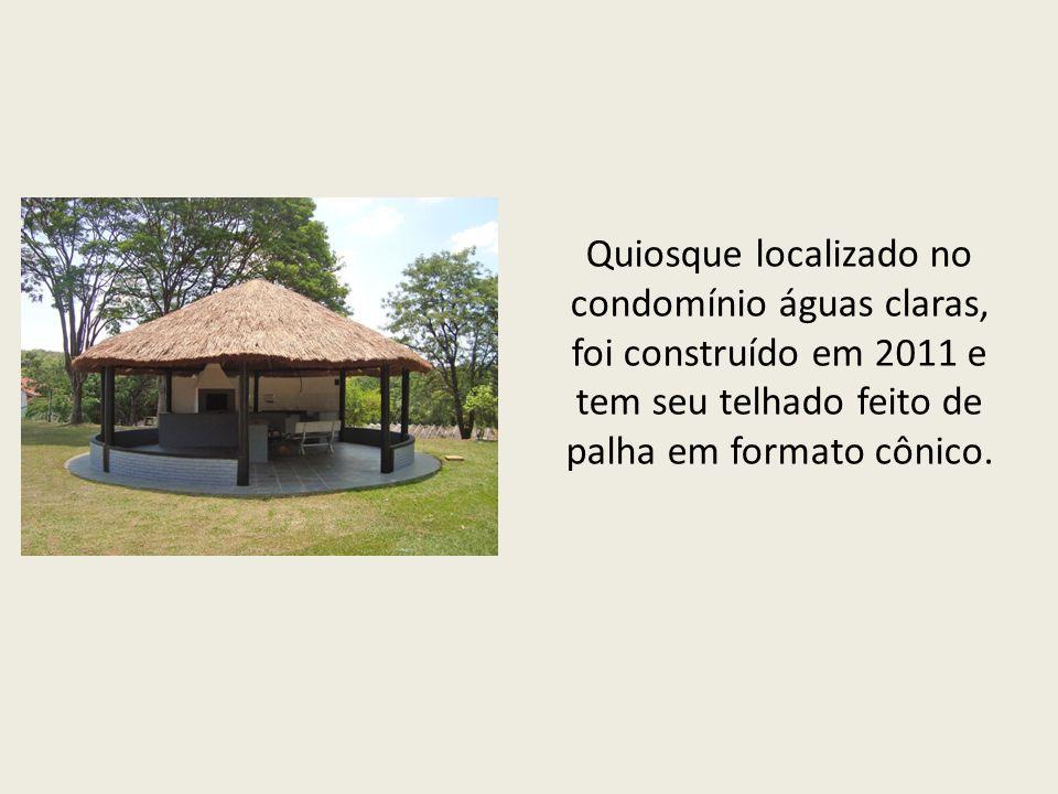 Quiosque localizado no condomínio águas claras, foi construído em 2011 e tem seu telhado feito de palha em formato cônico.