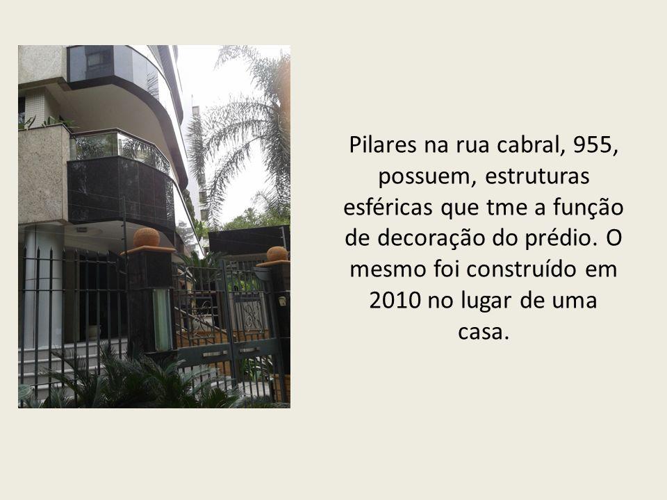 Pilares na rua cabral, 955, possuem, estruturas esféricas que tme a função de decoração do prédio.