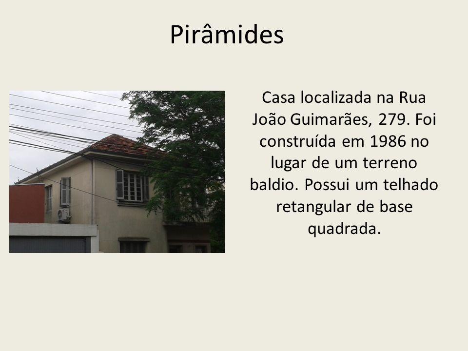 Pirâmides Casa localizada na Rua João Guimarães, 279.