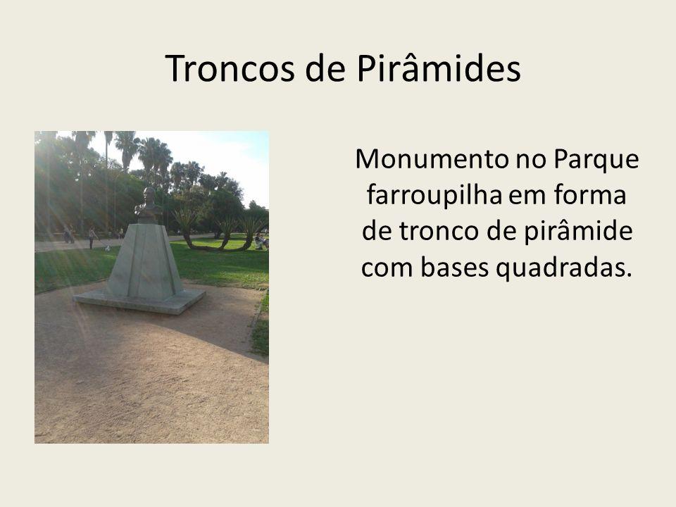 Troncos de Pirâmides Monumento no Parque farroupilha em forma de tronco de pirâmide com bases quadradas.