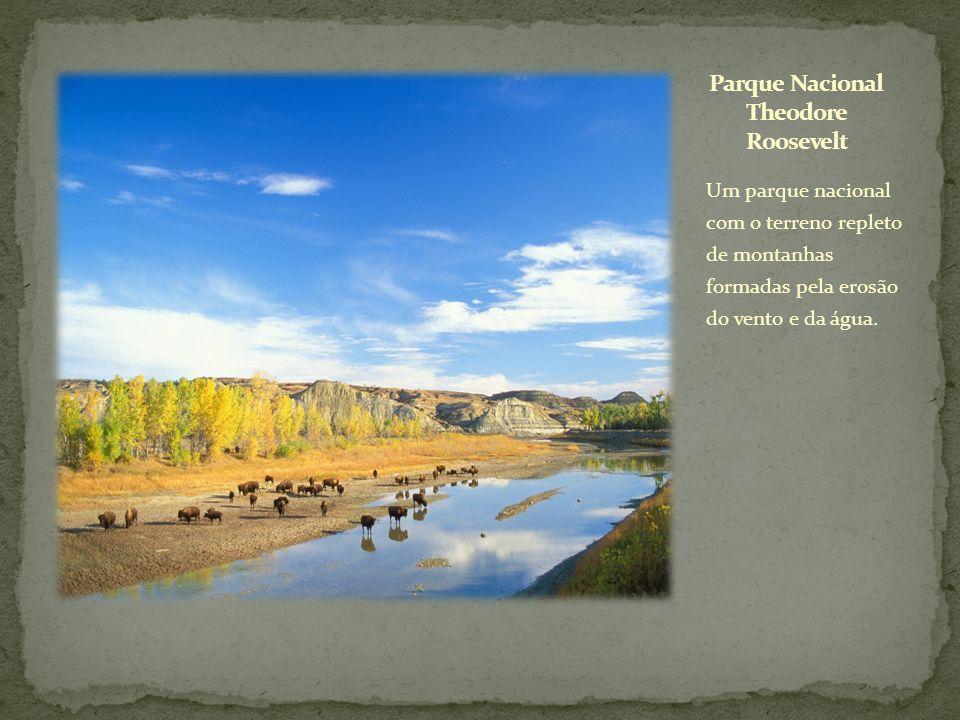 Um parque nacional com o terreno repleto de montanhas formadas pela erosão do vento e da água.