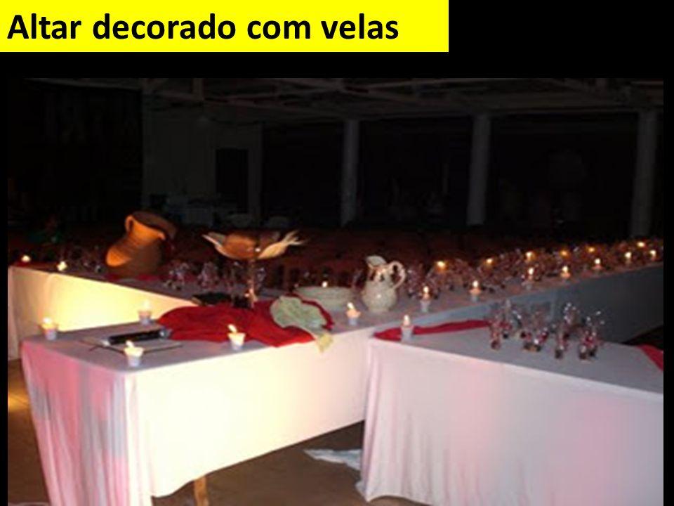 Altar decorado com velas