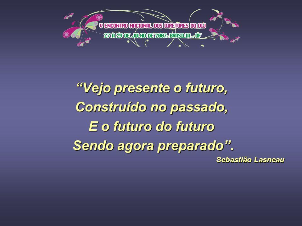 Vejo presente o futuro, Construído no passado, E o futuro do futuro Sendo agora preparado.