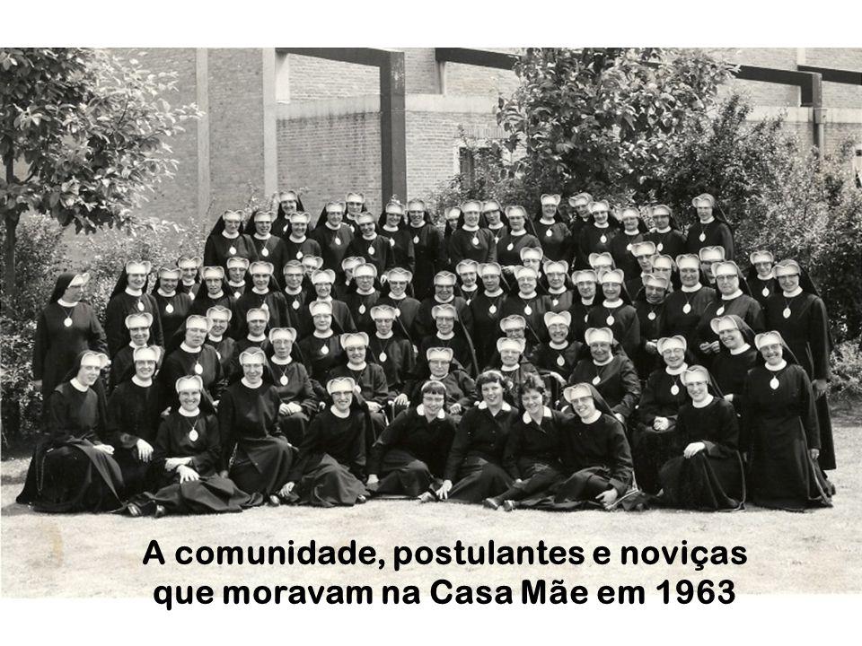 A comunidade, postulantes e noviças que moravam na Casa Mãe em 1963