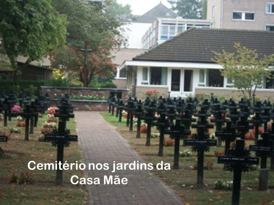 Cemitério nos jardins da Casa Mãe