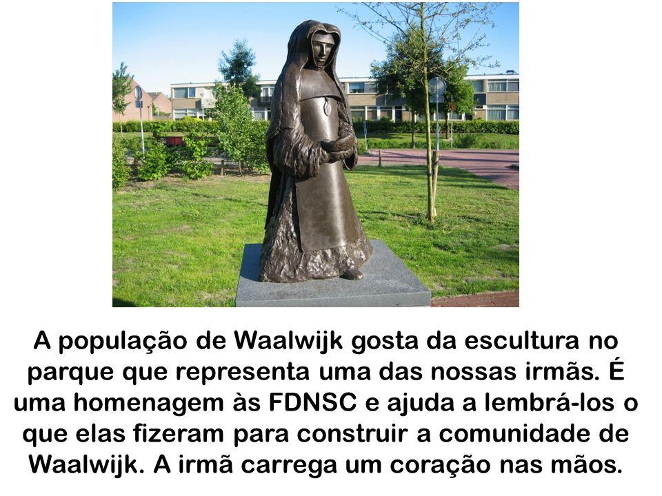 A população de Waalwijk gosta da escultura no parque que representa uma das nossas irmãs.