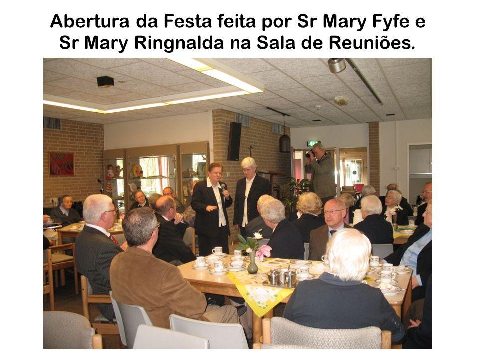 Abertura da Festa feita por Sr Mary Fyfe e Sr Mary Ringnalda na Sala de Reuniões.