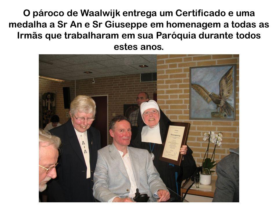 O pároco de Waalwijk entrega um Certificado e uma medalha a Sr An e Sr Giuseppe em homenagem a todas as Irmãs que trabalharam em sua Paróquia durante todos estes anos.