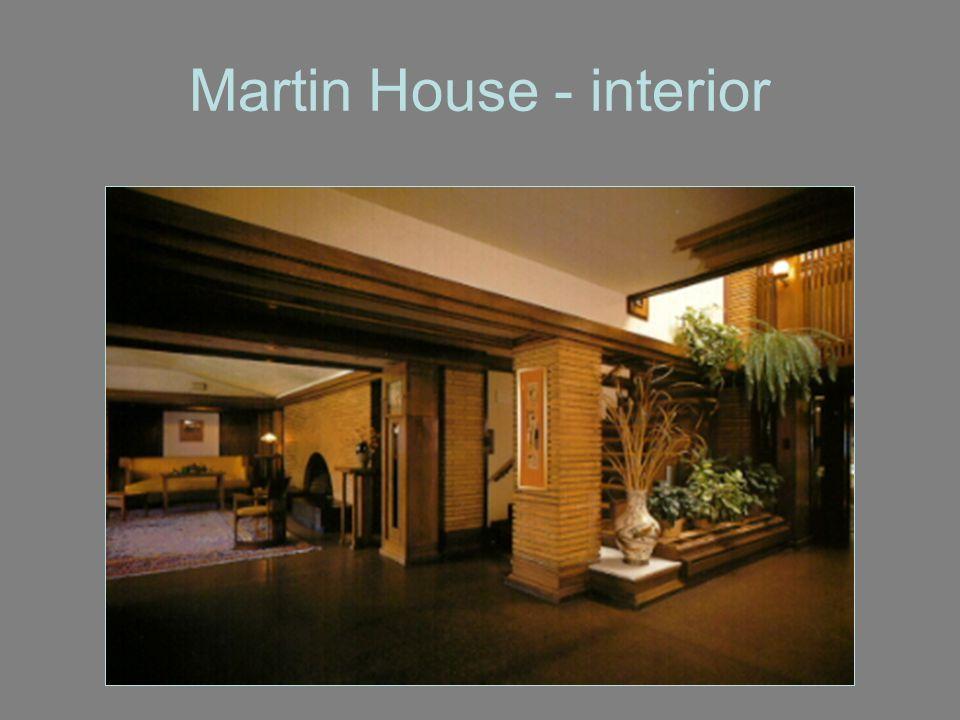 Princípios estilísticos: edifícios com silhuetas amplas e extensas, proporções baixas estreitamente associadas ao solo, largas saliências, telhados com um declive suave.