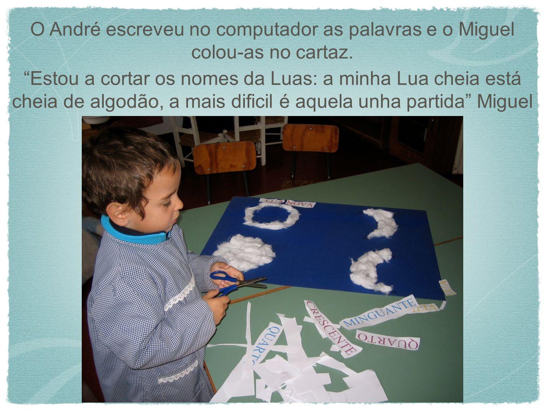 O André escreveu no computador as palavras e o Miguel colou-as no cartaz. Estou a cortar os nomes da Luas: a minha Lua cheia está cheia de algodão, a
