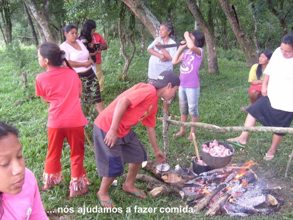 Na nossa aldeia...... nós ajudamos a fazer comida