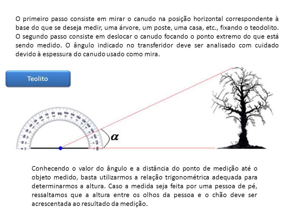 O primeiro passo consiste em mirar o canudo na posição horizontal correspondente à base do que se deseja medir, uma árvore, um poste, uma casa, etc.,