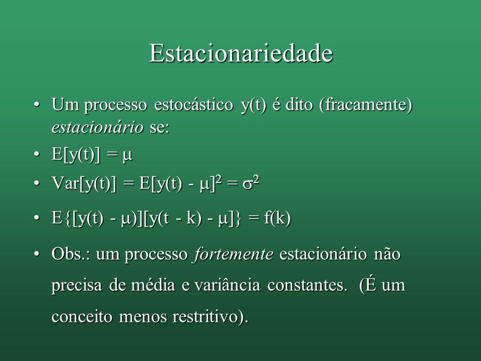 Estacionariedade Um processo estocástico y(t) é dito (fracamente) estacionário se:Um processo estocástico y(t) é dito (fracamente) estacionário se: E[