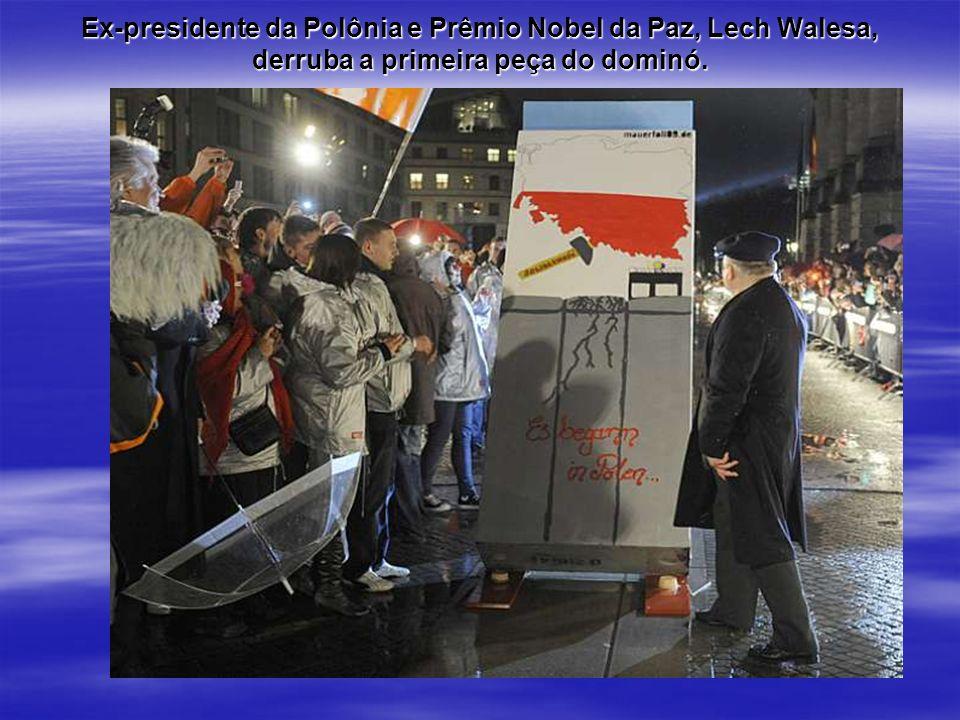 Ex-presidente da Polônia e Prêmio Nobel da Paz, Lech Walesa, derruba a primeira peça do dominó.