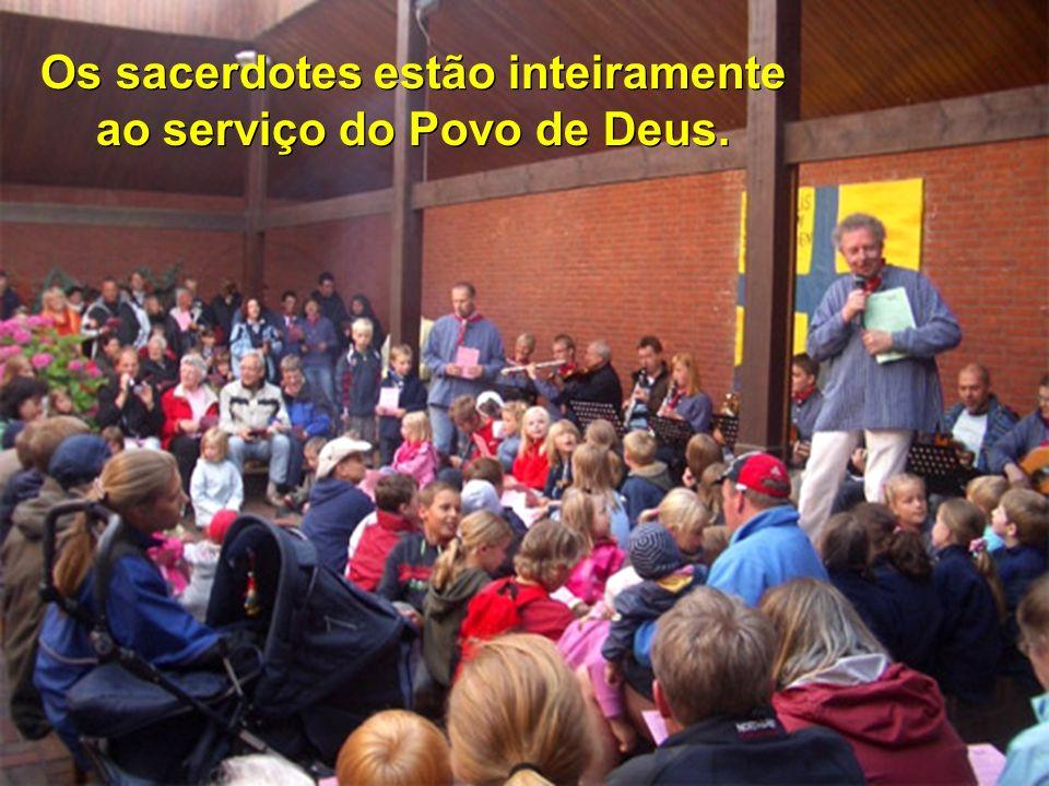 Os sacerdotes estão inteiramente ao serviço do Povo de Deus.