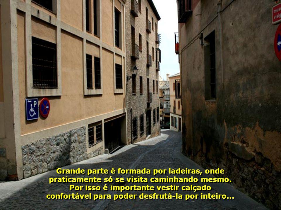 Com arquitetura moura, a cidade é um labirinto. Suas ruas estreitas e irregulares nos levam de volta ao passado...