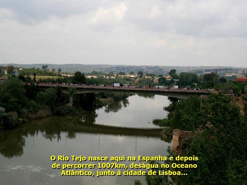 Banhada pelo Rio Tejo, que divide a província e passa por outras cidades espanholas, toda a parte antiga da cidade está situada no topo de uma montanh