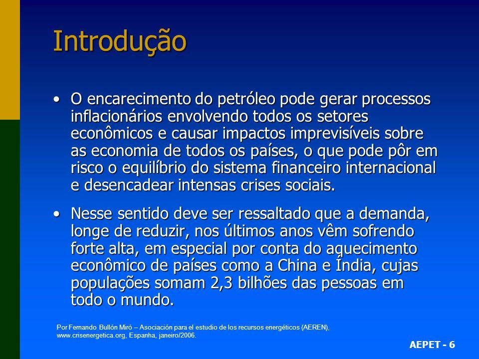 AEPET - 17 Petróleo/gás e política internacional no século XXI Primeira crise do petróleo (cont.) 1974: fundação da Agência Internacional de Energia (OCDE);1974: fundação da Agência Internacional de Energia (OCDE); Situação pós-embargo: a OPEP havia conquistado o completo controle sobre seus próprios recursos;Situação pós-embargo: a OPEP havia conquistado o completo controle sobre seus próprios recursos; Rendimentos da OPEP: US$ 23 bilhões (1972); US$ 140 bilhões (1977);Rendimentos da OPEP: US$ 23 bilhões (1972); US$ 140 bilhões (1977); Em 1974 a OPEP tinha um superávit financeiro de US$ 67 bilhões e em 1978 um déficit de US$ 2 bi;Em 1974 a OPEP tinha um superávit financeiro de US$ 67 bilhões e em 1978 um déficit de US$ 2 bi; Crise em países industrializados: PIB dos EUA caiu 6% entre 1973 e 1975;Crise em países industrializados: PIB dos EUA caiu 6% entre 1973 e 1975; Nações industrializadas: política de conservação;Nações industrializadas: política de conservação; Novas províncias petrolíferas: Alaska, México e Mar do Norte.Novas províncias petrolíferas: Alaska, México e Mar do Norte.