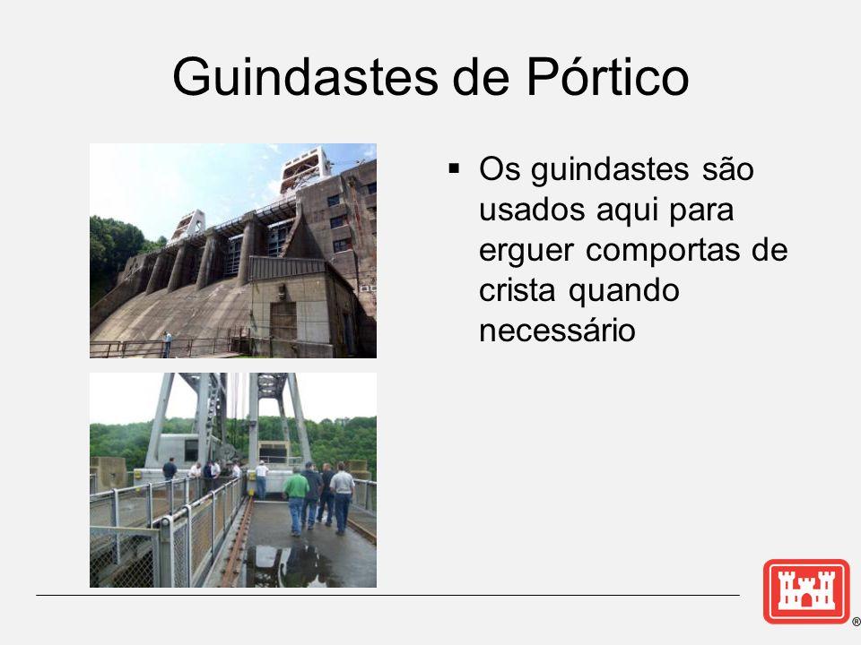 Guindastes de Pórtico Os guindastes são usados aqui para erguer comportas de crista quando necessário