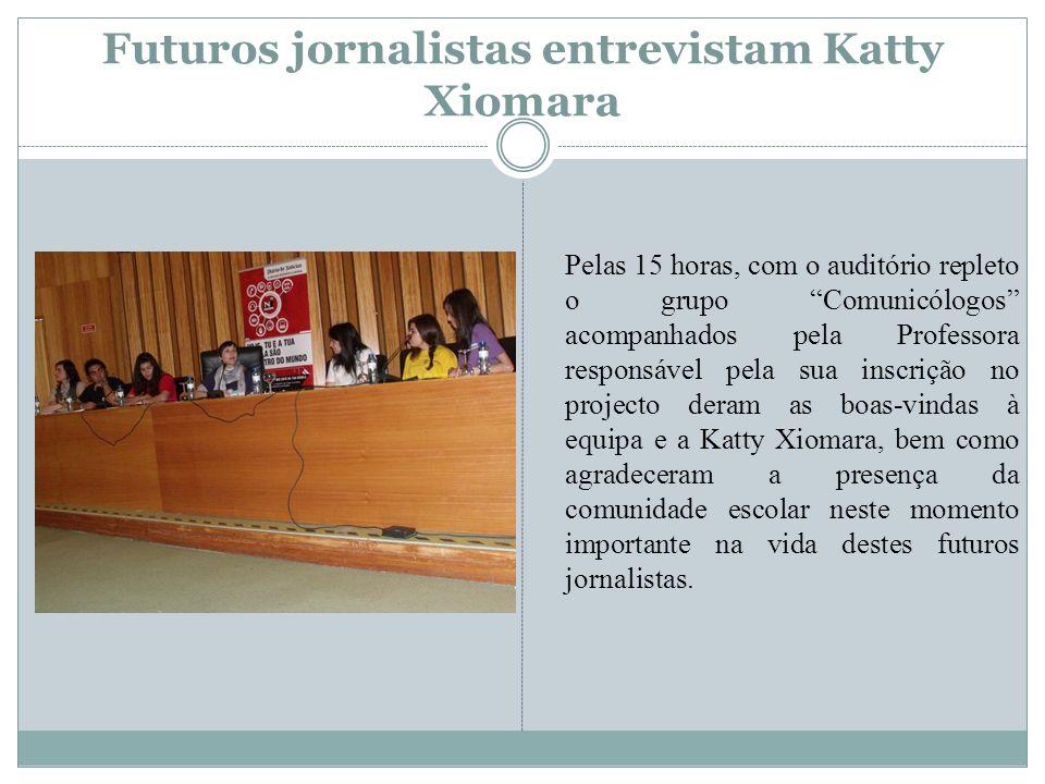 Futuros jornalistas entrevistam Katty Xiomara Pelas 15 horas, com o auditório repleto o grupo Comunicólogos acompanhados pela Professora responsável p
