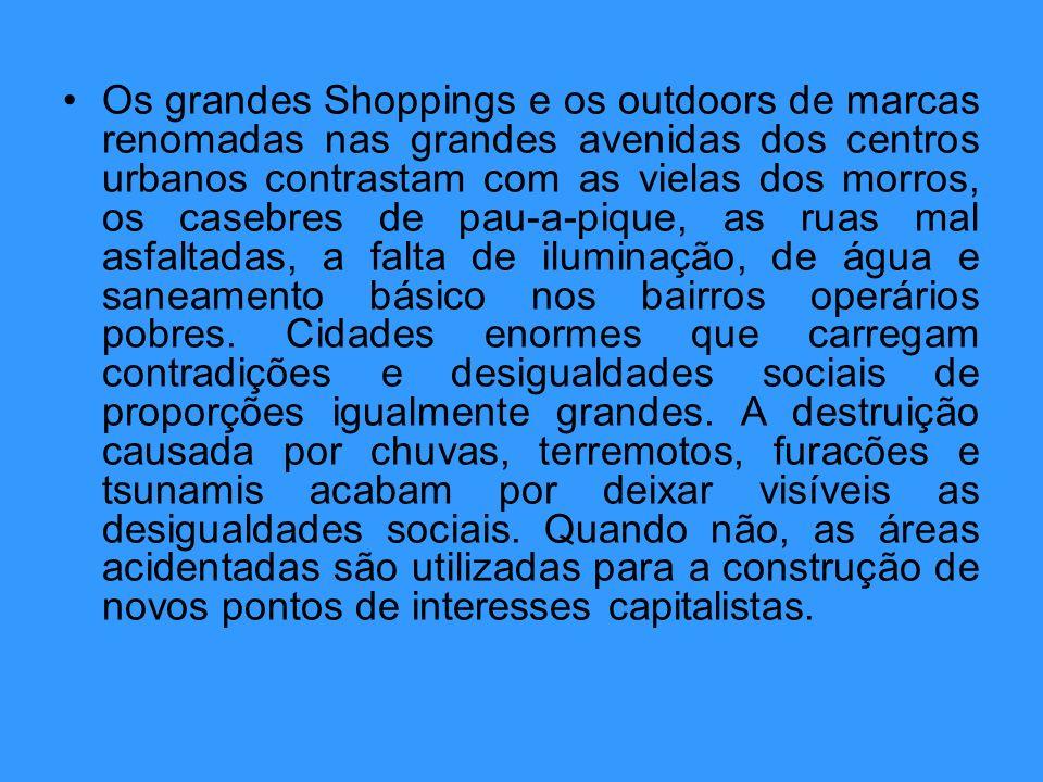 Os grandes Shoppings e os outdoors de marcas renomadas nas grandes avenidas dos centros urbanos contrastam com as vielas dos morros, os casebres de pa