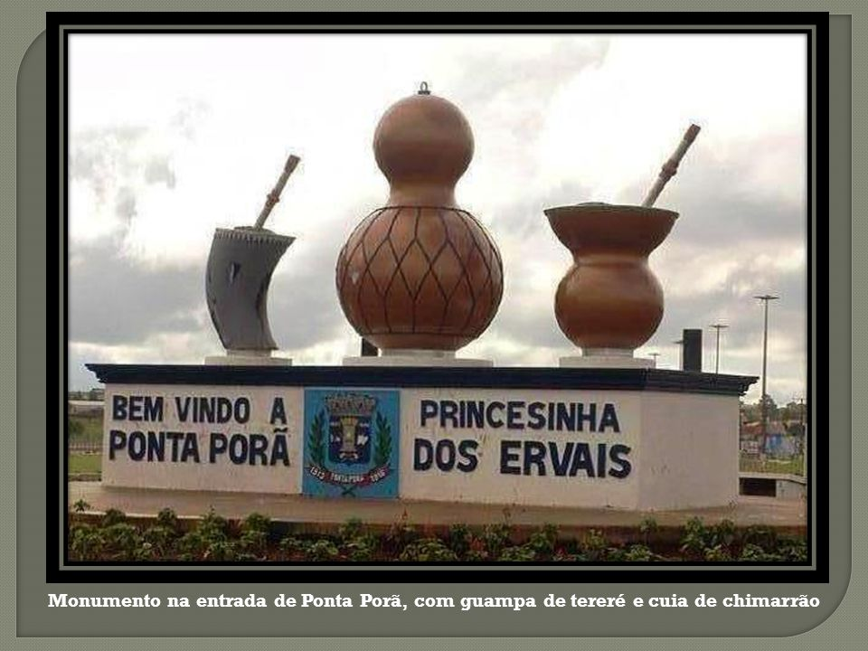 Monumento na entrada de Ponta Porã, com guampa de tereré e cuia de chimarrão