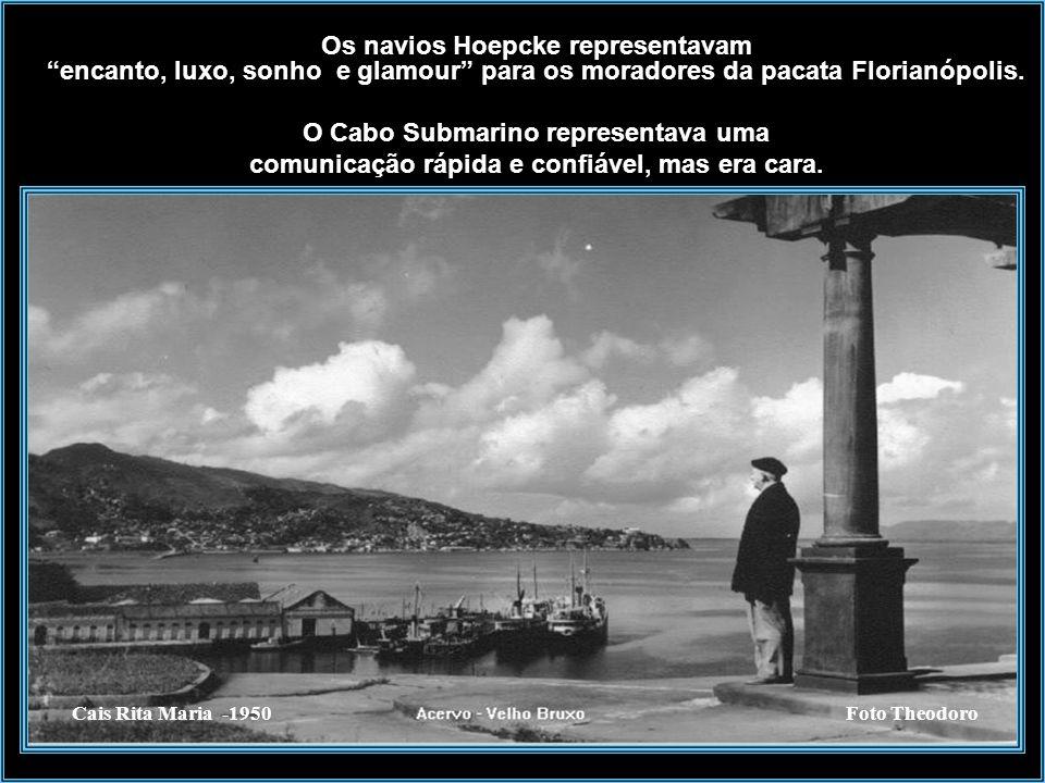 Na foto, vemos ao fundo o Cais Rita Maria, a esquerda prédio da empresa Hoepcke e uma Catraia fazendo a travessia Ilha/Continente em 1920. A empresa N